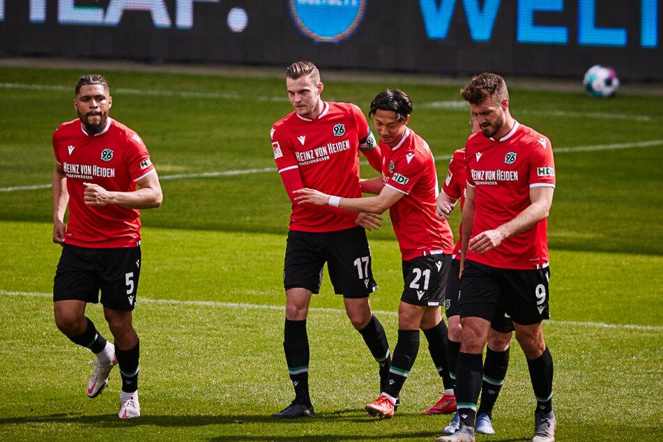 Hannover 96 bejubelt den Treffer zum 1:0 durch Marvin Ducksch (2.v.l.).
