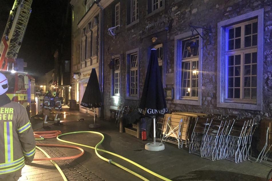 Die Feuerwehr musste schnell reagieren, damit das Feuer nicht auf die gesamte Gaststätte und die darüber liegenden Wohnungen übergreift.