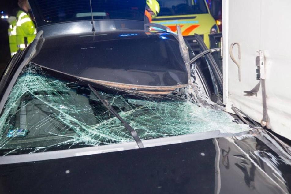 Volvo rammt Ford und schleudert unter Lkw