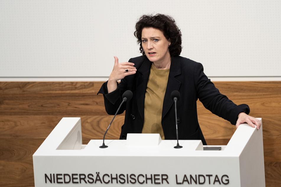Carola Reimann (SPD, Niedersachsens Sozialministerin), spricht im Plenarsaal im Landtag Niedersachsen.