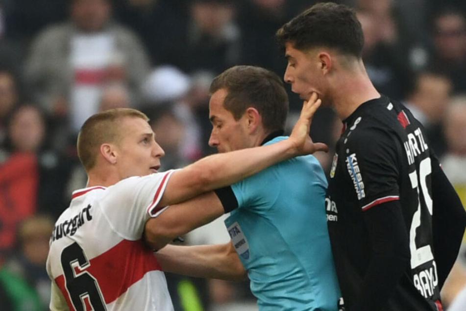 Nach der Spuckattacke fasst VfB-Mittelfeldmann Santiago Ascacíbar dem Leverkusener Kai Havertz noch ins Gesicht.