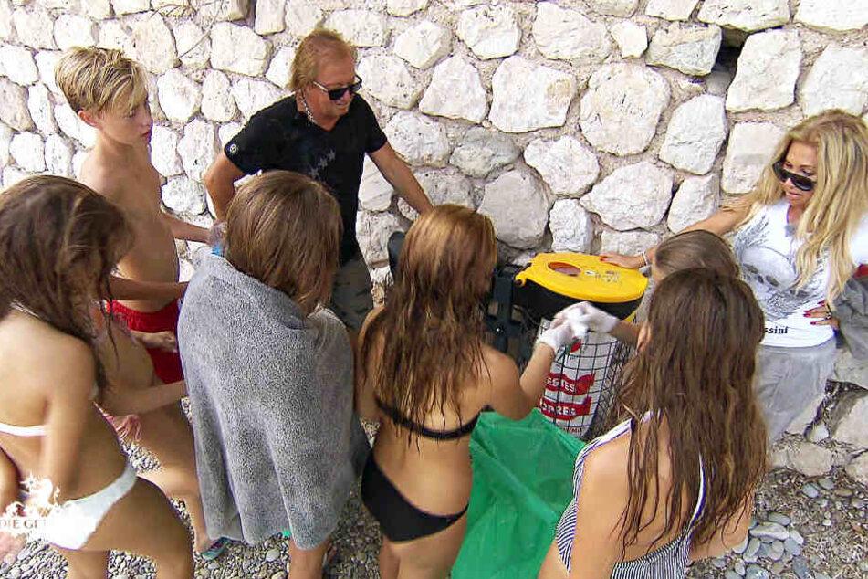 Robert und Carmen haben sich etwas ausgedacht, um ihre Töchter und deren Freundinnen dazu zu bewegen, den Strand sauber zu machen.