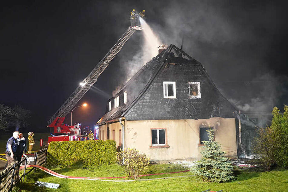 Die Flammen fraßen sich bis durchs Dach. Der Schaden beträgt mehr als 25.000 Euro