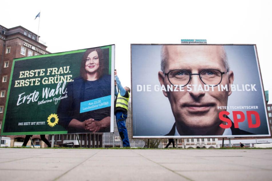 Die Plakate des amtierendes Bürgermeisters und seiner Herausforderin stehen direkt nebeneinander.