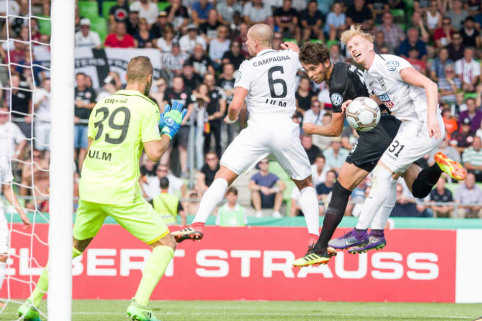 Ulms Christian Ortag (l-r), Luigi Campagna, Frankfurts Lucas Torro und Ulms Nico Gutjahr kämpfen vor dem Ulmer Tor um den Ball.