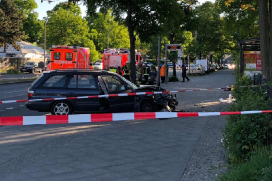 Laut Feuerwehr UnfallAuto fuhr in Berlin in Bushaltestelle: Verletzte