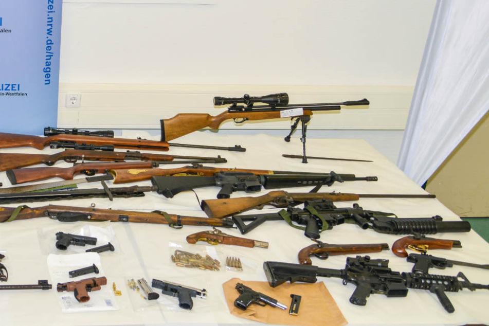 Ein Teil der beschlagnahmten Waffen der Rocker.