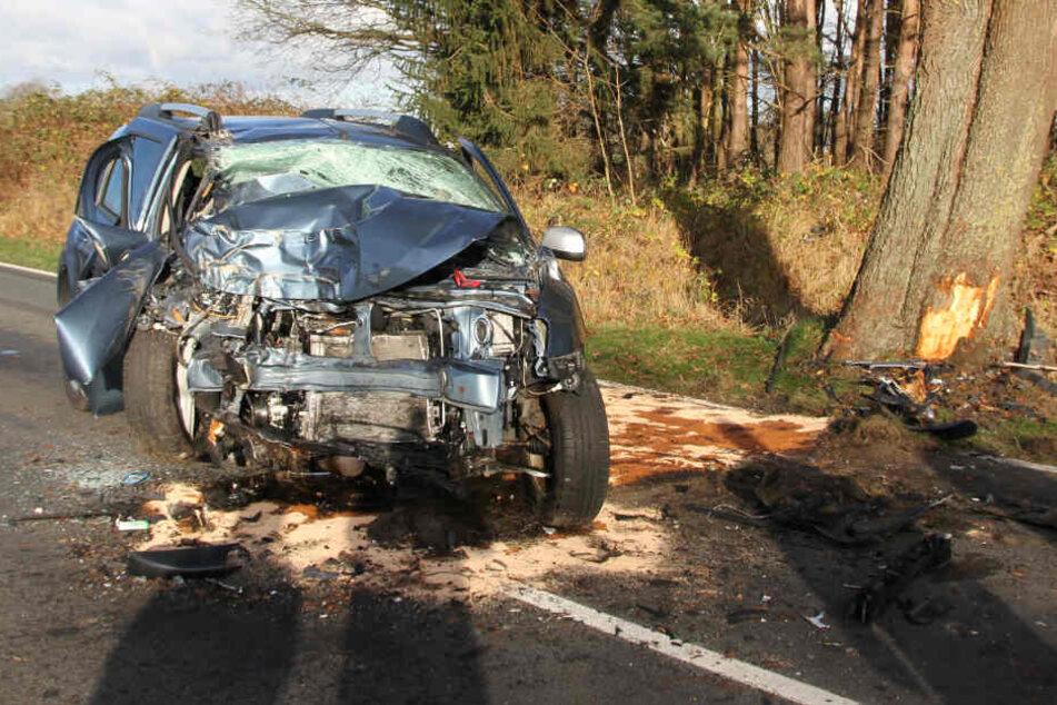 Das Auto des Mannes krachte gegen einen Baum.