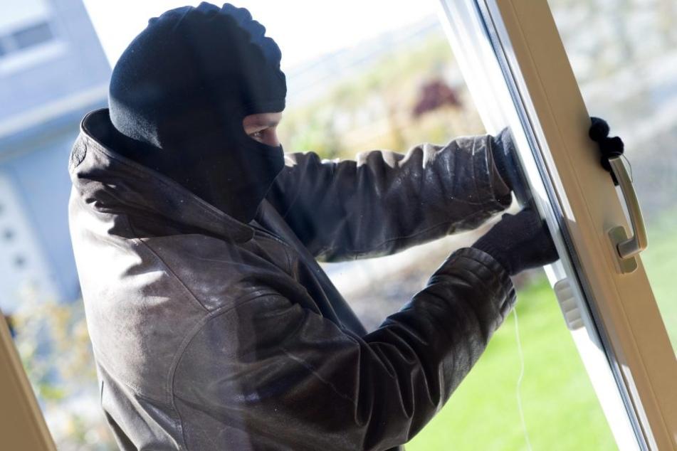 Ein Nachbar hatte den Einbrecher an der Balkontür gesehen und die Polizei alarmiert. (Symbolbild)