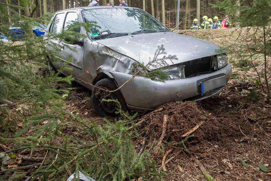 Im Erzgebirge landete ein Auto im Wald. Der Fahrer kam ins Krankenhaus.