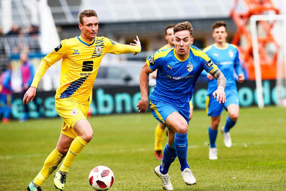 Der gebürtige Braunschweiger Philipp Tietz (r.) im Duell mit Eintracht-Abwehrspieler Christoph Menz (l.).