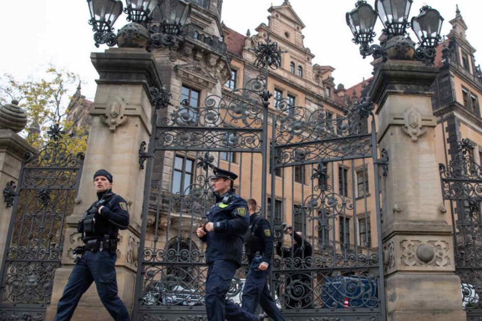 Polizisten verlassen das Residenzschloss.