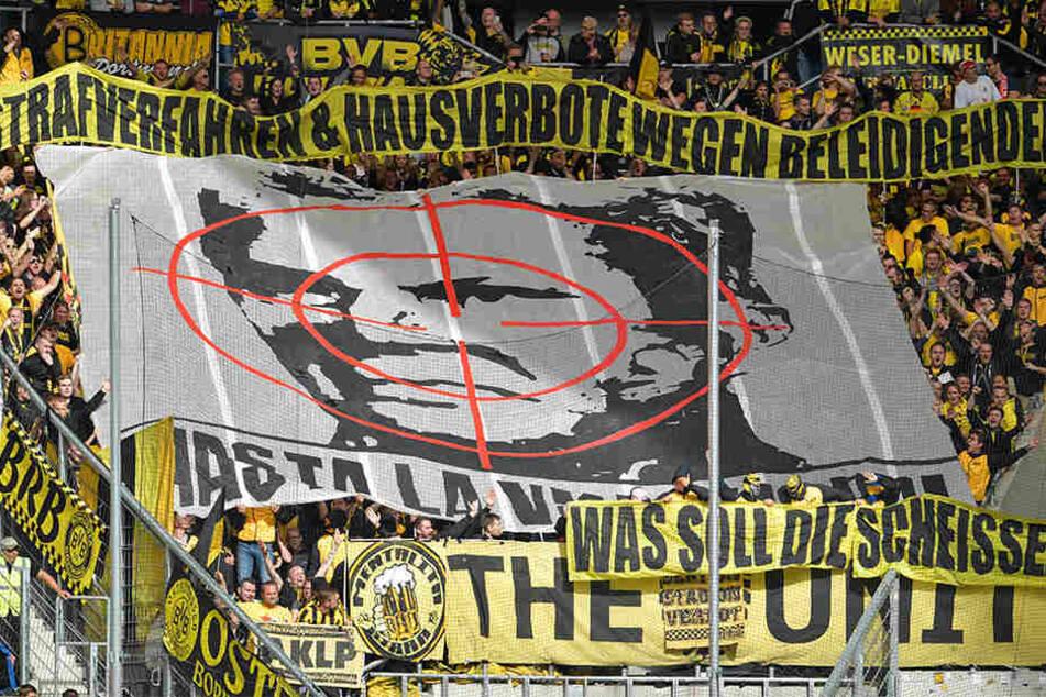 Dieses unwürdige BVB-Fan-Plakat ist der Stein des Anstoßes.