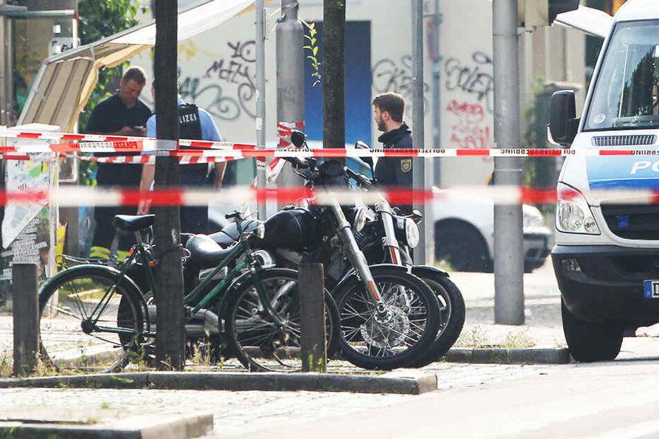 Erst im Juni 2016 war ein 27-jähriger auf der Eisenbahnstraße erschossen worden. Polizisten ermitteln in den abgesperrten Gebiet.