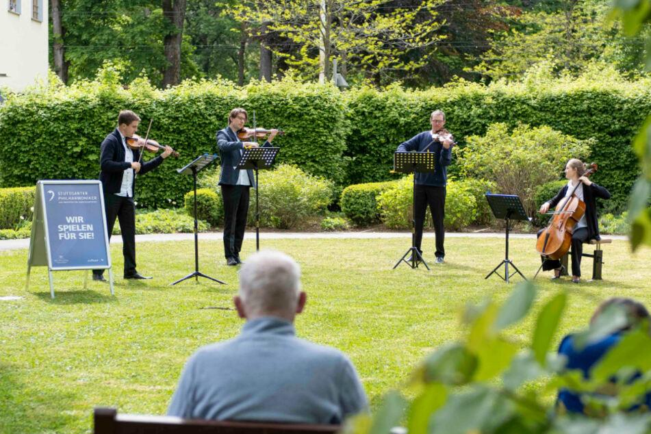 Die Stuttgarter Philharmoniker spielen für die Bewohnerinnen und Bewohner von Pflegeheimen.