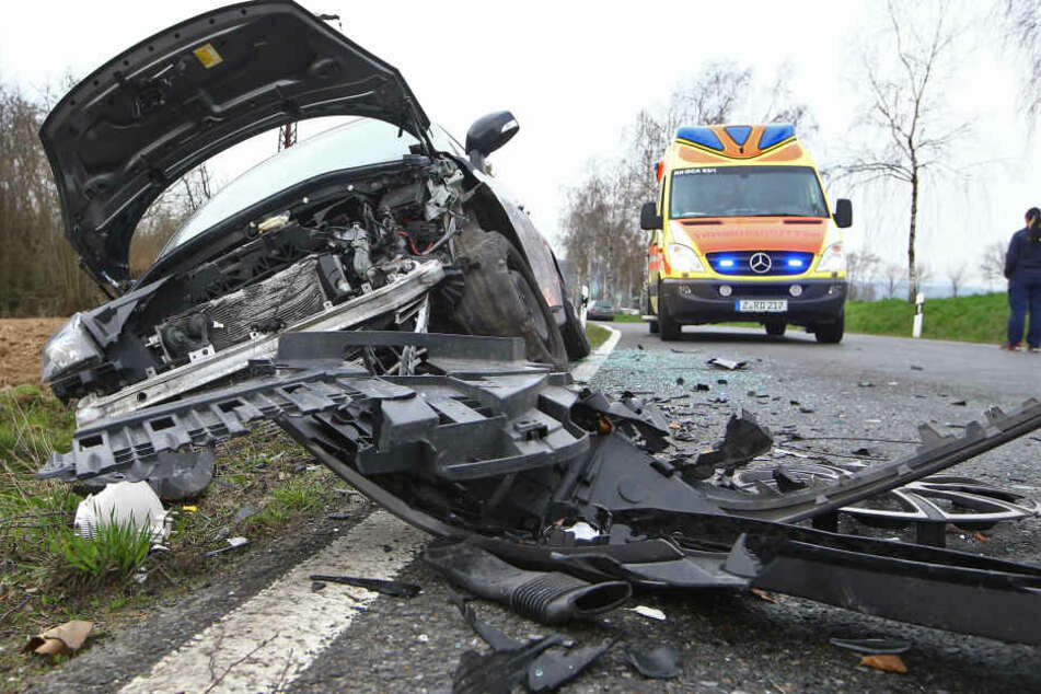 Der Renault wurde bei dem Unfall vollkommen demoliert.