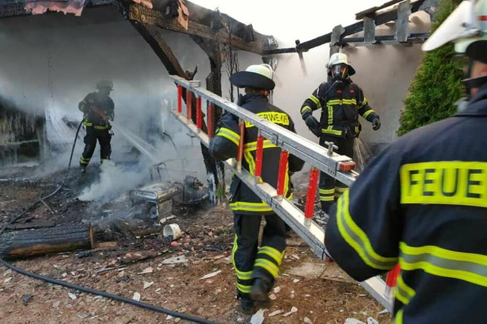 Mehrere Explosionen auf Asbest-Dach, 25 Wohnhäuser evakuiert