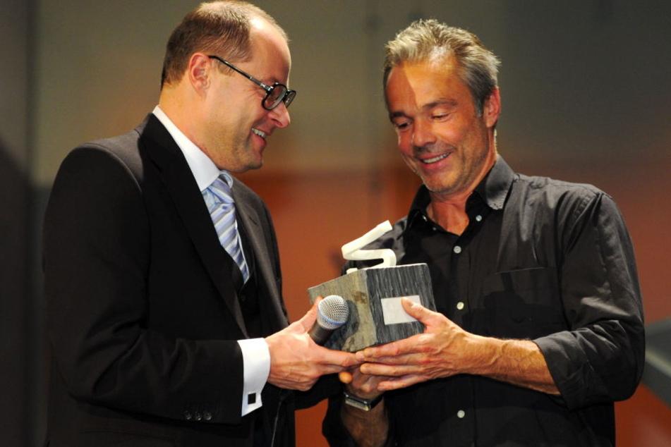 Mehrfach ausgezeichnet: Hannes Jaenicke (re.) wurde unter anderem 2011 mit dem Querdenker-Ehrenpreis für sein Engagement im Natur- und Umweltschutz geehrt.