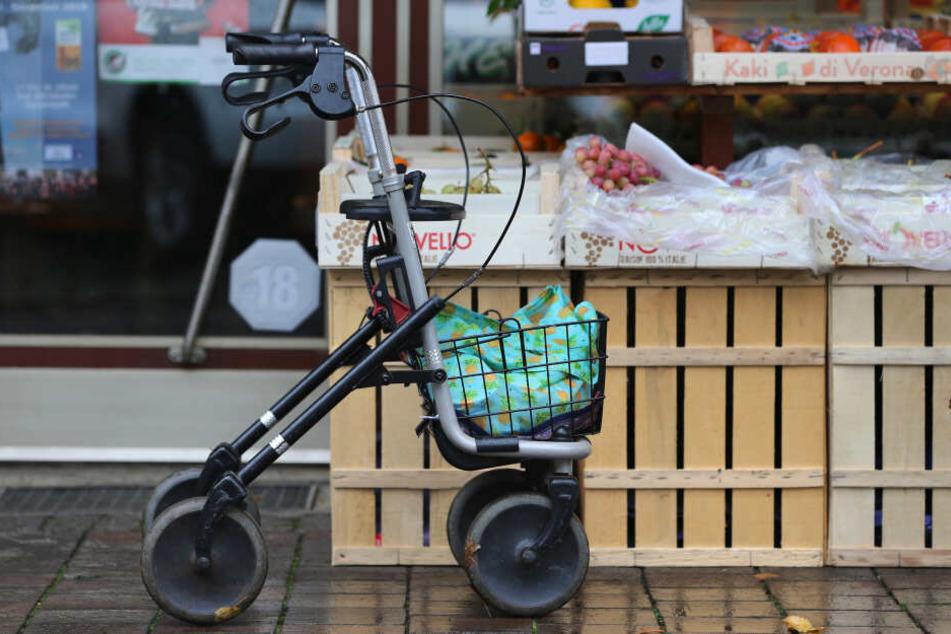 Ein Rollator steht vor einem Lebensmittelgeschäft: Im Allgäu steht eine 85-Jährige erneut wegen Diebstahl vor Gericht. (Symbolbild)