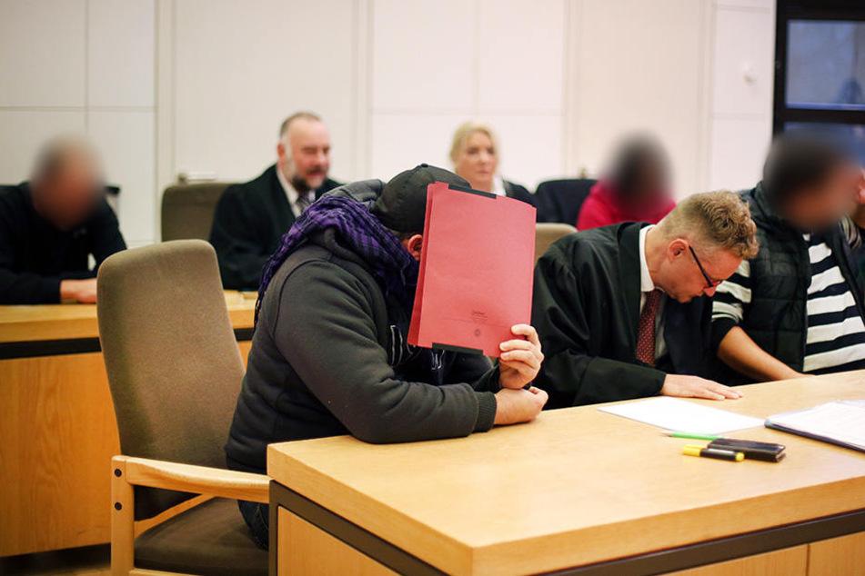 Drei Männer und eine Frau müssen sich vor dem Amtsgericht Minden wegen Brandstiftung verantworten.