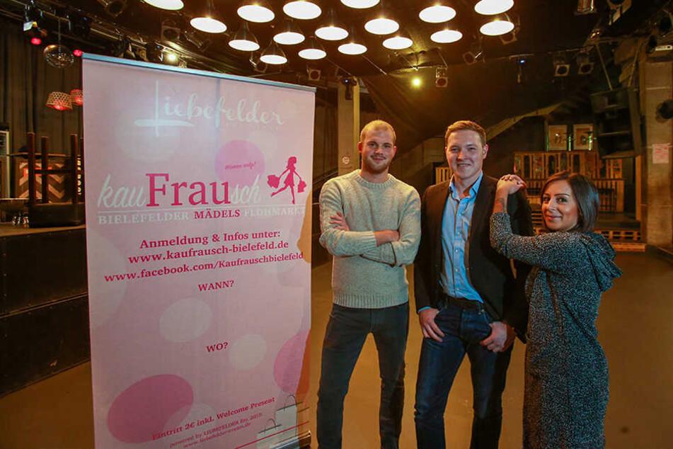 Gerrit Recksiek (li.) und Florian Steiner mit Aslihan Demir (23), die einen der begehrten Plätze bekommen hat.