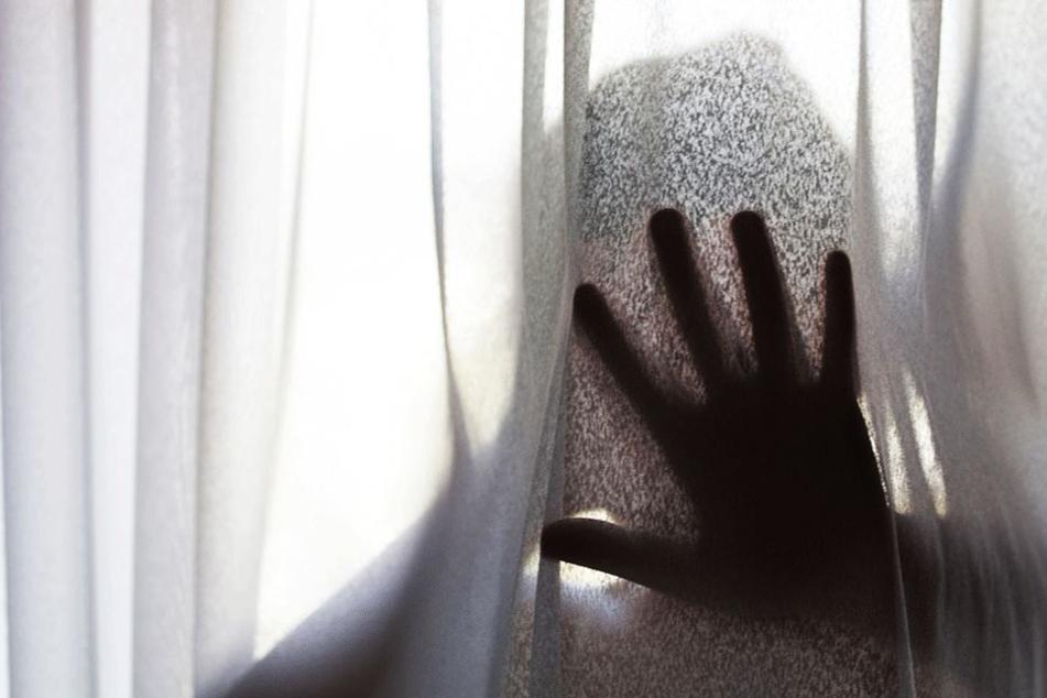 Ein 22-Jähriger vergewaltigte seine leibliche Mutter (46) (Symbolbild).