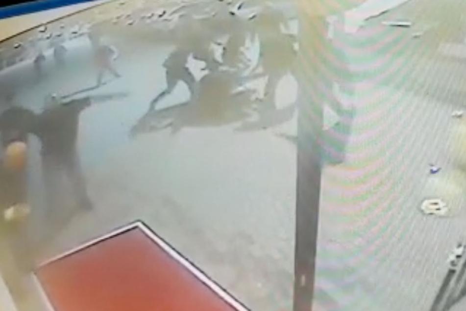 Eine Gruppe von 18 Leuten prügelte auf einen der Türsteher ein.