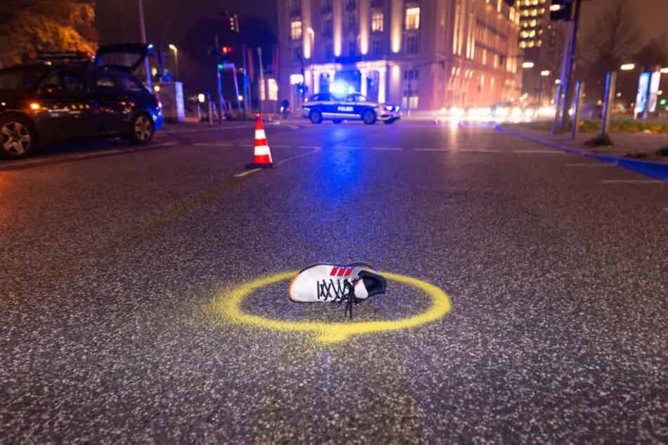 Der Schuh des Unfallopfers liegt auf der Straße.
