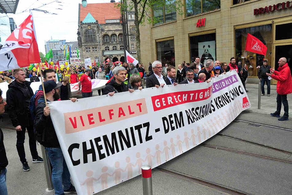 Ministerpräsident Michael Kretzschmer (5. v. li.) marschierte zum Auftakt mit.