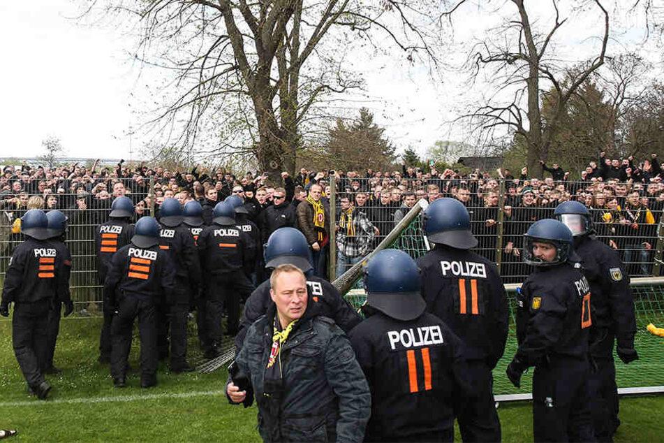 Immer mit von der Partie! Auch für das morgige Duell der Fan-Rivalen hat sich die Polizei mit einem Großaufgebot angekündigt.