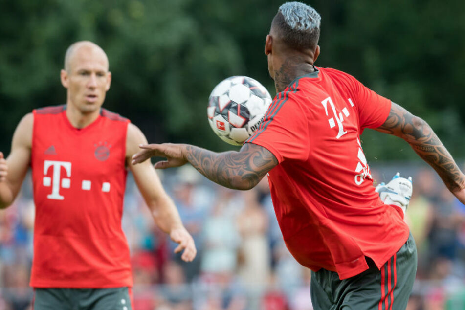 Arjen Robben (l.) hofft auf einen Verbleib von Jérôme Boateng (r.) beim FC Bayern.