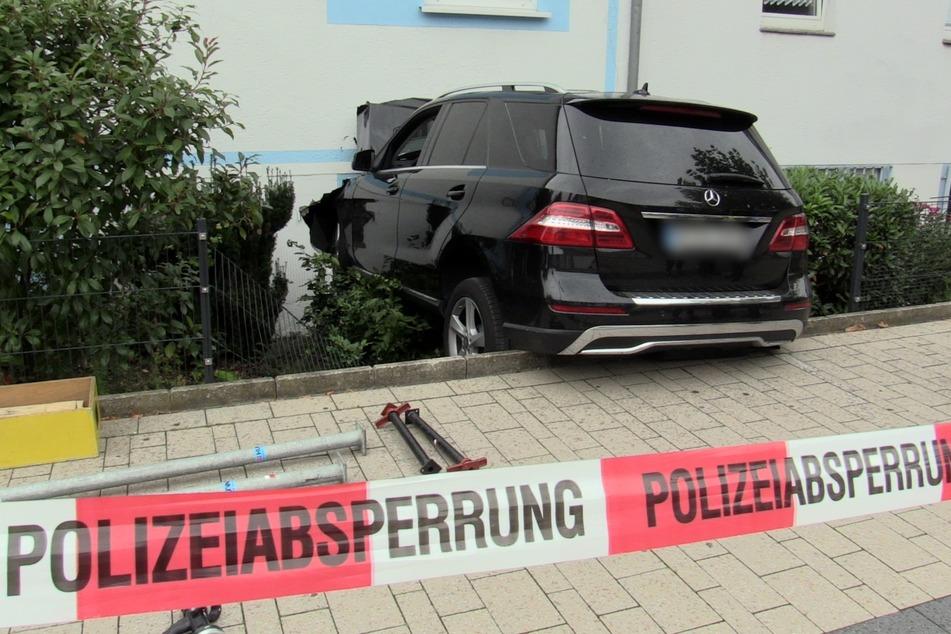 Der Mercedes durchbrach die Fassade eines Restaurants in Monheim.