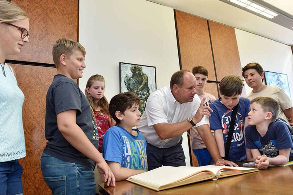 OB Dirk Hilbert (46, FDP) nahm sich gestern Zeit für die Fragen der Ferienkinder.
