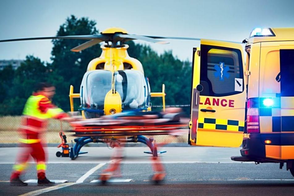Mit einem Rettungshubschrauber musste der junge Mann sofort in eine Klinik gebracht werden. (Symbolbild)