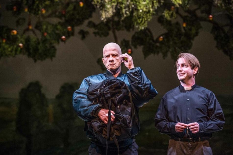 Ivan (Christian Ruth, r.) holt Adam (Marius Marx, l.) ab und bringt ihn in seine Pfarrei.