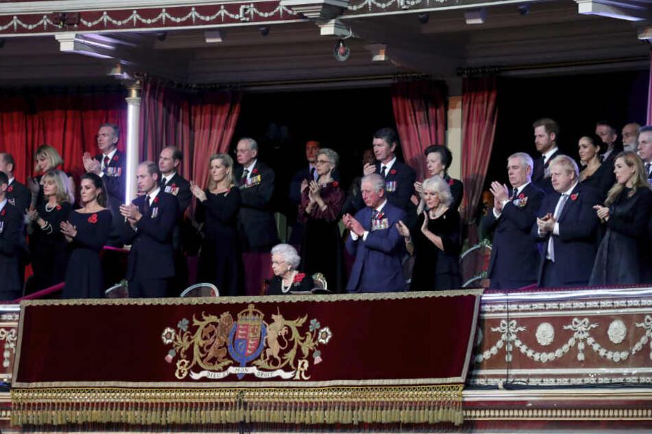 Zum Gedenken an die Opfer und gefallenen Soldaten des Ersten Weltkrieges versammelten sich in London alle hohen royalen und politischen Persönlichkeiten. Herzogin Meghan stand neben Prinz Harry und hinter Premierminister Boris Johnson.