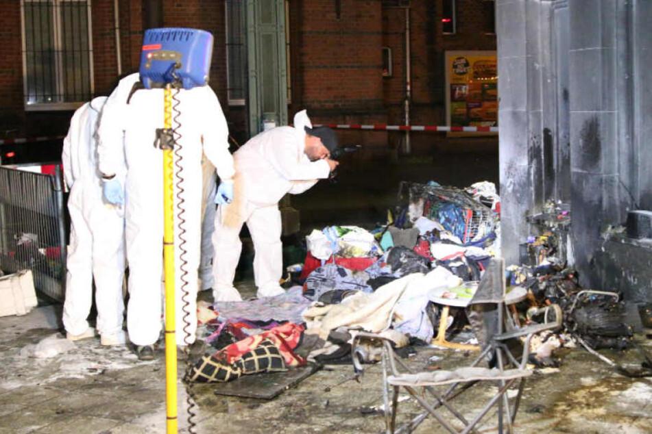 Lebensgefahr! Irrer Brandstifter zündet zwei Obdachlose vor S-Bahnhof an