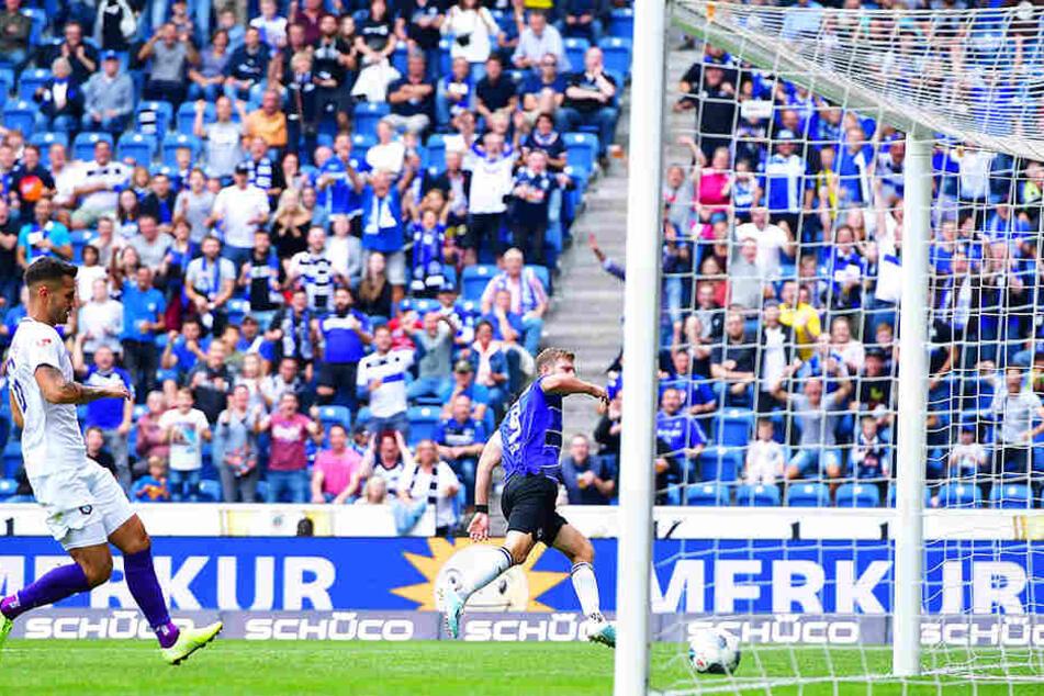 Bielefelds Fabian Klos (Nummer 9) bedankte sich mit dem 2:0 für die Auer Fehlerkette.
