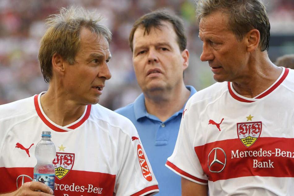 Jürgen Klinsmann (l.) und Guido Buchwald (r.) kicken bei einem Legendenspiel zusammen.
