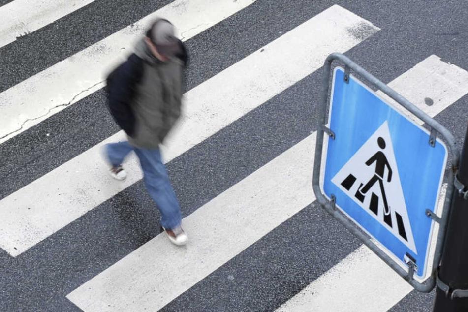 Die Frau lief mit ihrem Lebensgefährten über einen Zebrastreifen (Symbolfoto).