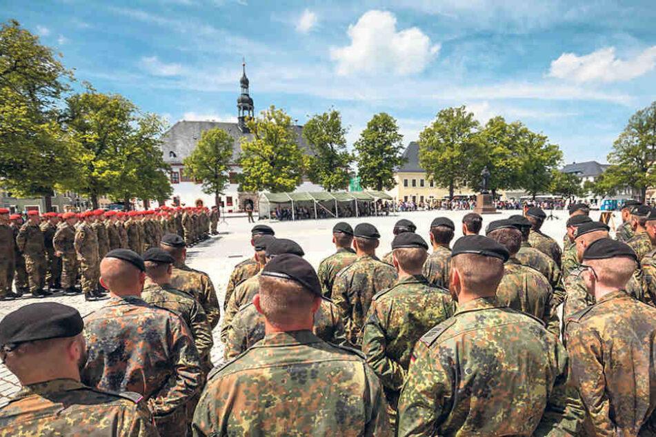 Vor der Verlegung nach Litauen gab es einen Verabschiedungsappell. An dem  Einsatz gibt es auch Kritik, etwa von den Linken.