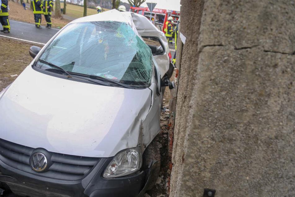 Der VW krachte seitlich gegen ein Wohnhaus.