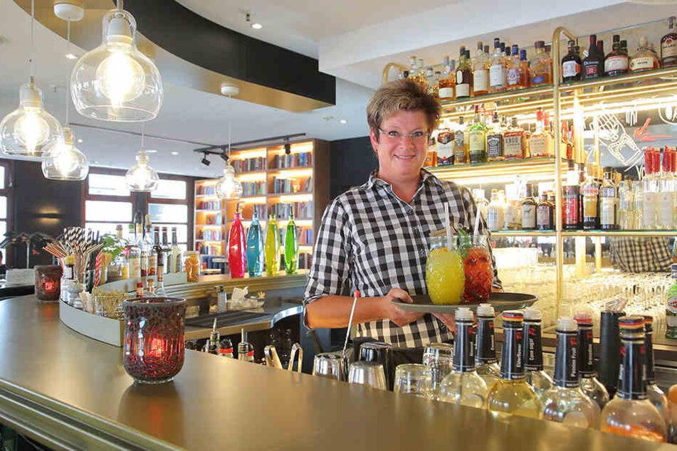 Restaurantleiterin Astrid Reichel (47) serviert im aufgepeppten Bistro selbstgemachte Limonade.