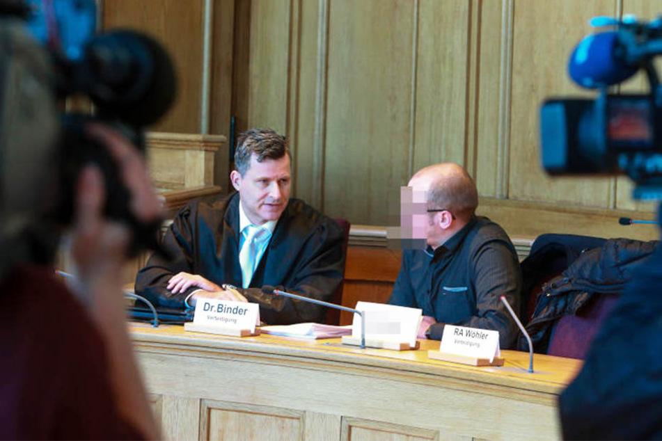 Detlev Binder (links) vertritt den Angeklagten im Spatenstiel-Prozess.