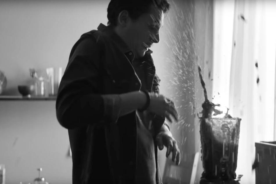 Eine Szene des Videos zeigt einen Vater, der einen Mixer falsch bedient.