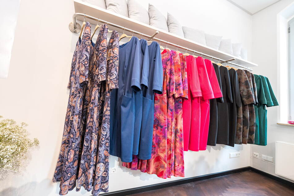 Die neuen Kleider von Designerin Dorothea Michalk (40) werden im Erzgebirge genäht.