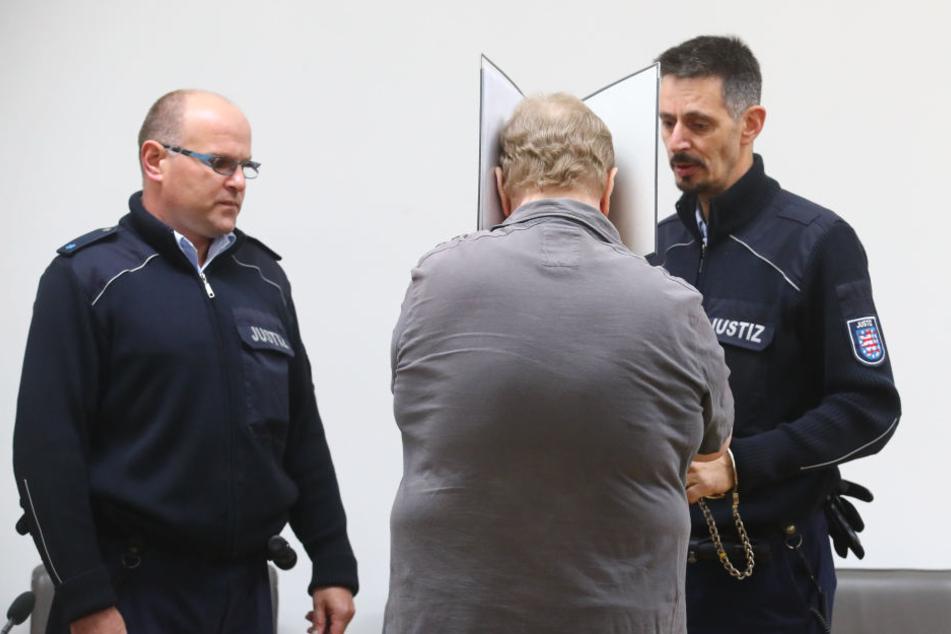 Der 66-Jährige versteckte sich während der Verhandlung hinter einem Aktenordner.