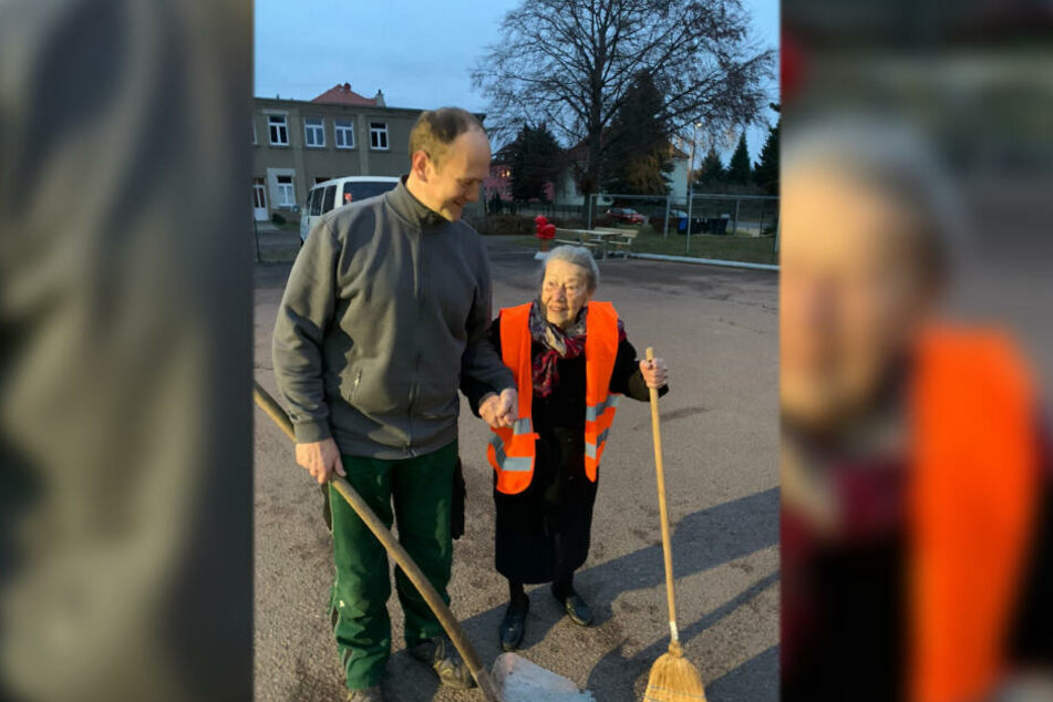 Mit dem Besen in der Hand fegte die hundertjährige Margit Kermes an der Seite von Bauhofleiter Sandro Weiß über den Hof.