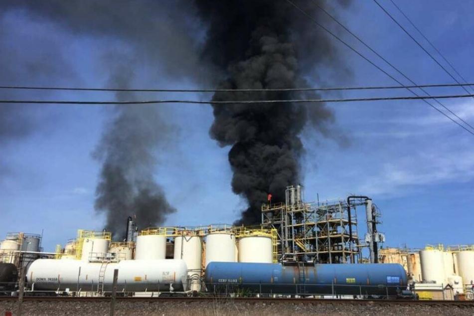 Die brennende KMCO Chemieanlage.