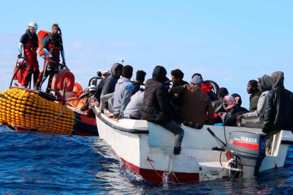 """Teammitglieder von SOS Mediterranee, die von der """"Ocean Viking"""" kommen, nähern sich in den Gewässern vor Libyen einem Boot, das mit 30 Menschen an Bord in Seenot geraten ist."""